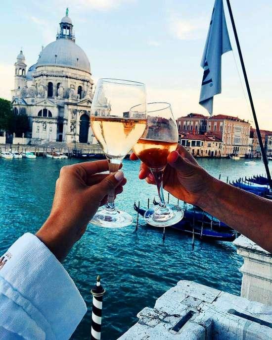 Картина по номерам 40x50 Пара бокалов вина на фоне собора Венеции